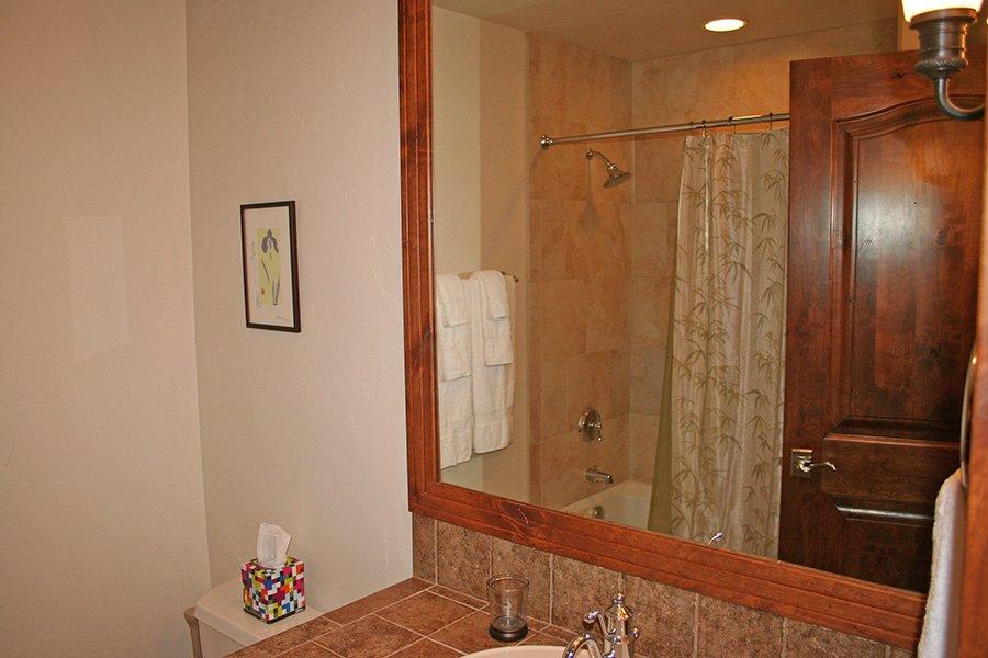 BlueSky 511 Condo: Guest Bathroom
