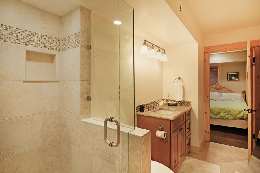 Winterpoint 9 Townhome: Main Level Bathroom
