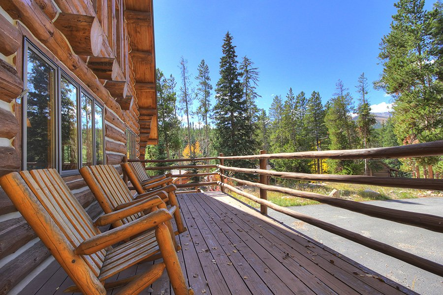 Peaceful Pines Lodge: Front Deck