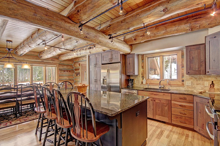 Peaceful Pines Lodge: Rustic Interior