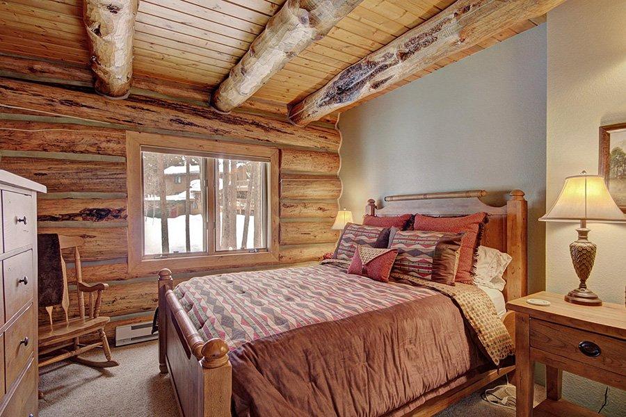 Peaceful Pines Lodge: Main Floor Guest Bedroom #2