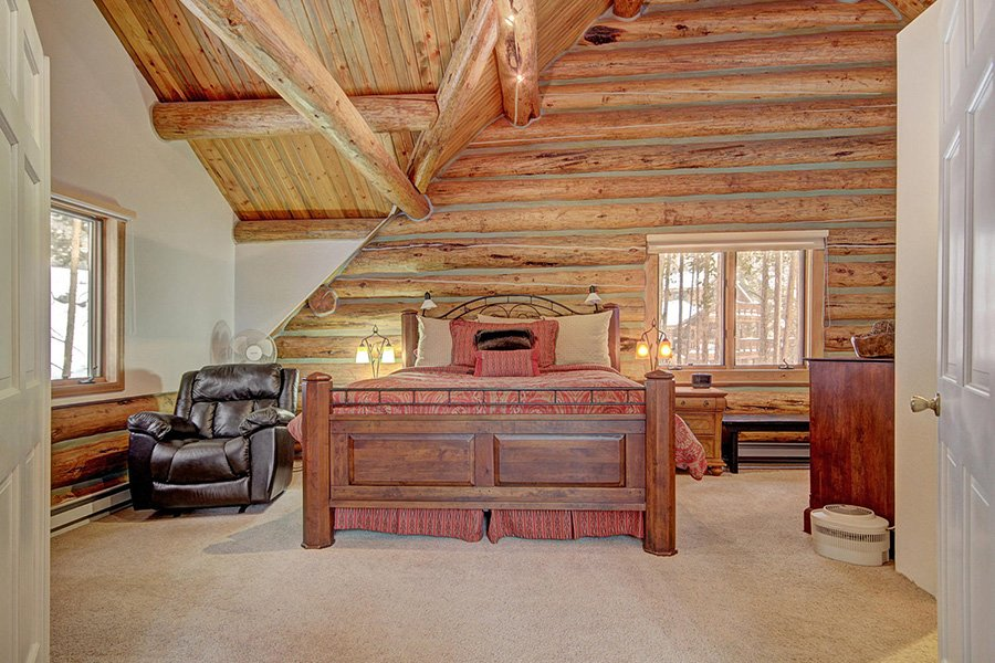Peaceful Pines Lodge: Master Bedroom