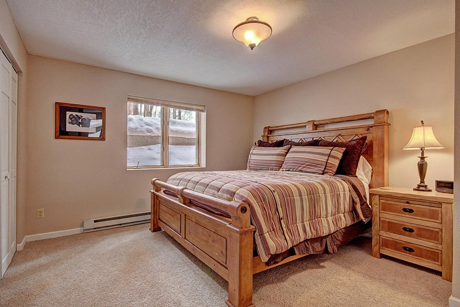 Peaceful Pines Lodge: Lower Level Guest Bedroom