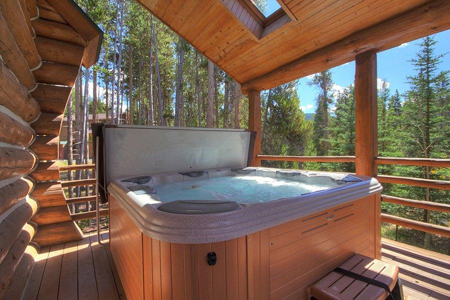 Peaceful Pines Lodge: Hot Tub