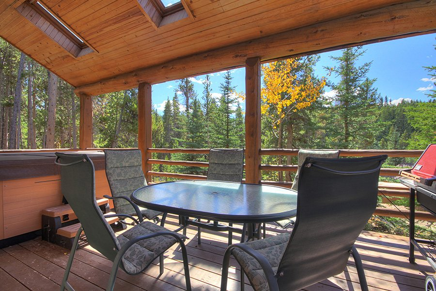 Peaceful Pines Lodge: Covered Deck
