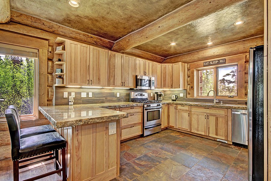 The Bear Cabin: Kitchen