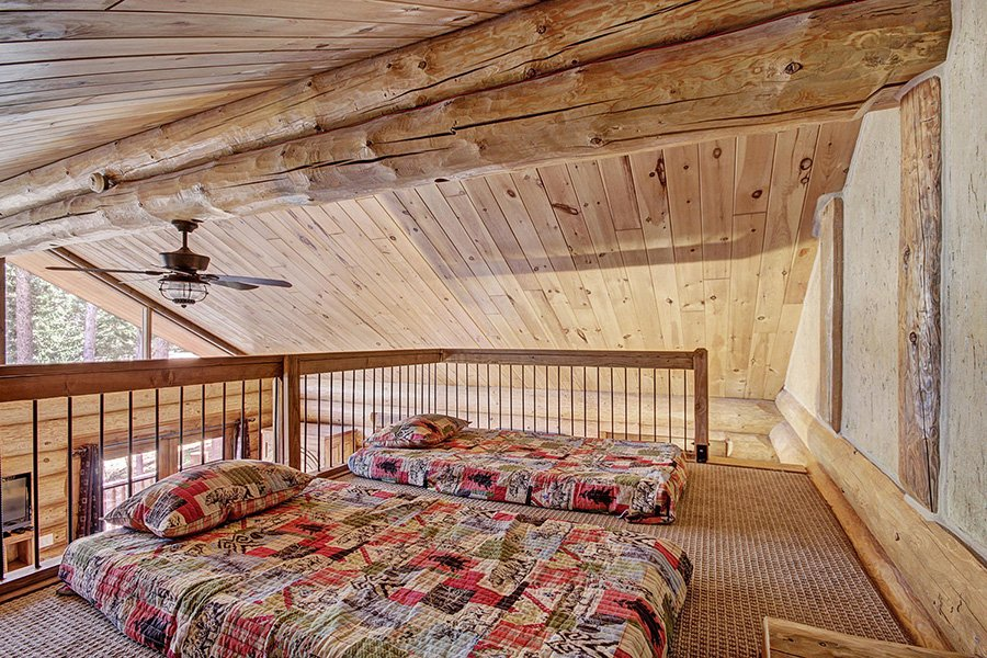 The Bear Cabin: Master Bedroom Loft Area