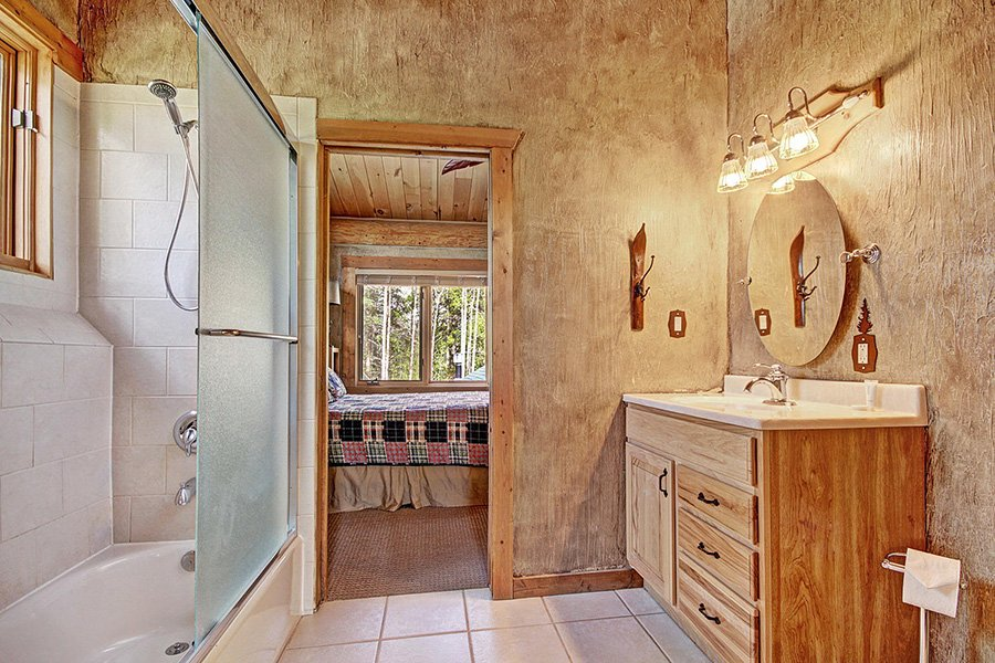 The Bear Cabin: Guest Bathroom #2