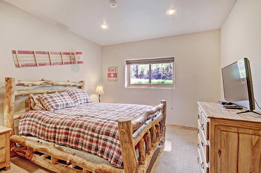 The Bear Cabin: Guest Bedroom #5