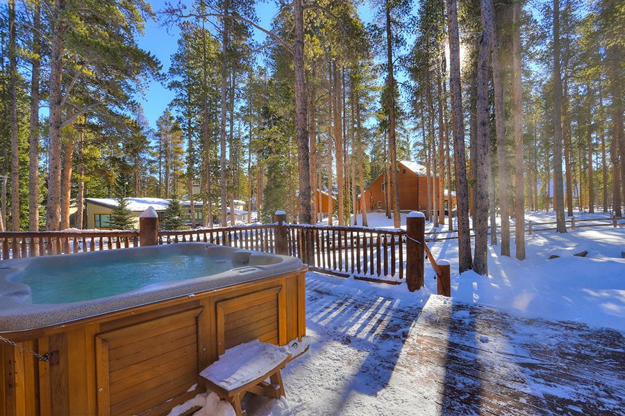 The Bear Cabin: Hot Tub (Winter)