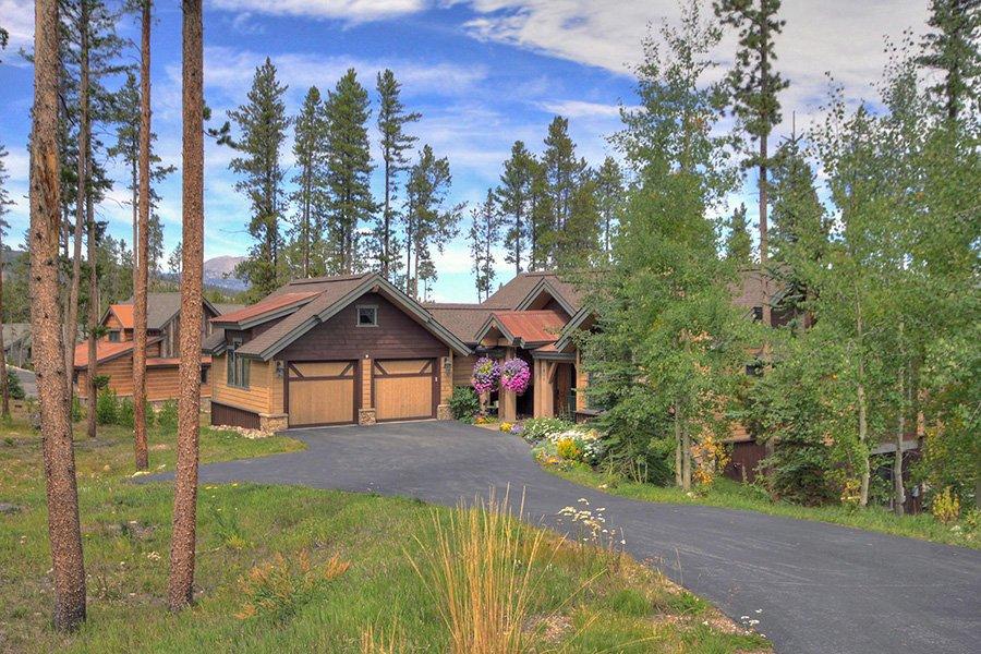 Moose Crossing Lodge: Exterior View