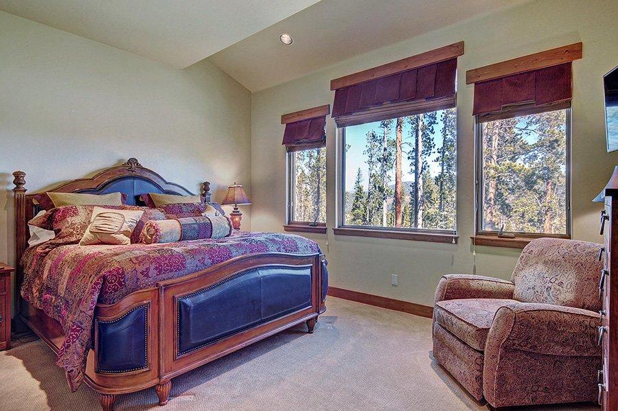 Moose Crossing Lodge: Main Floor Master Bedroom