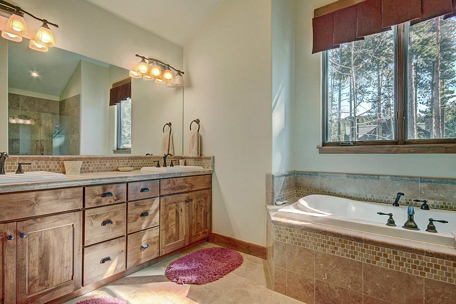 Moose Crossing Lodge: Main Floor Master Bathroom