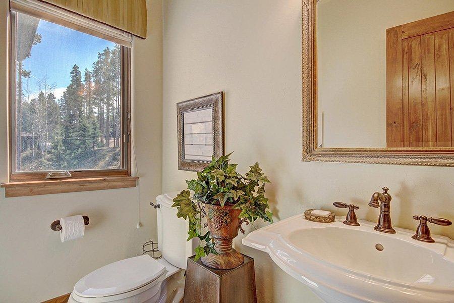 Moose Crossing Lodge: Main Floor Guest Bathroom