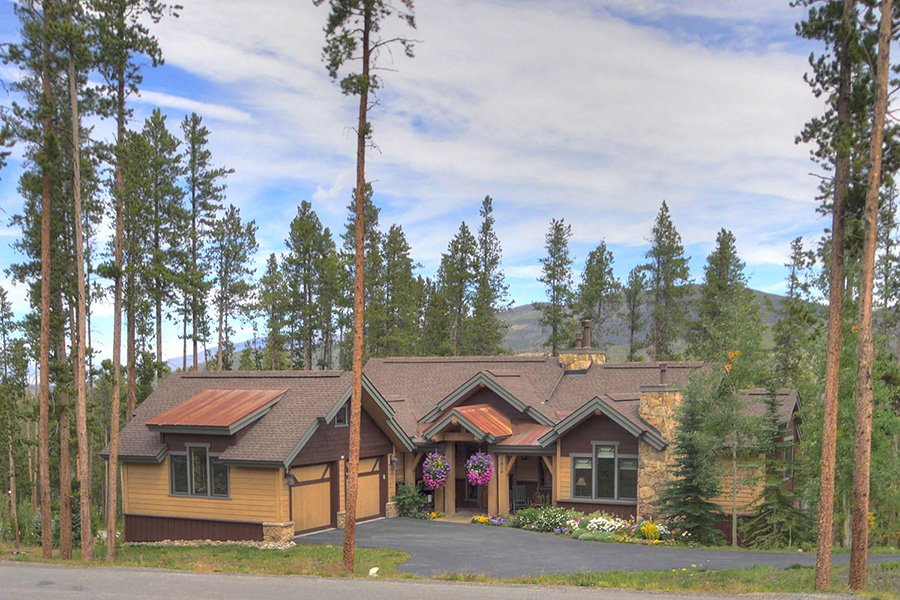Moose Crossing Lodge: Exterior Front View