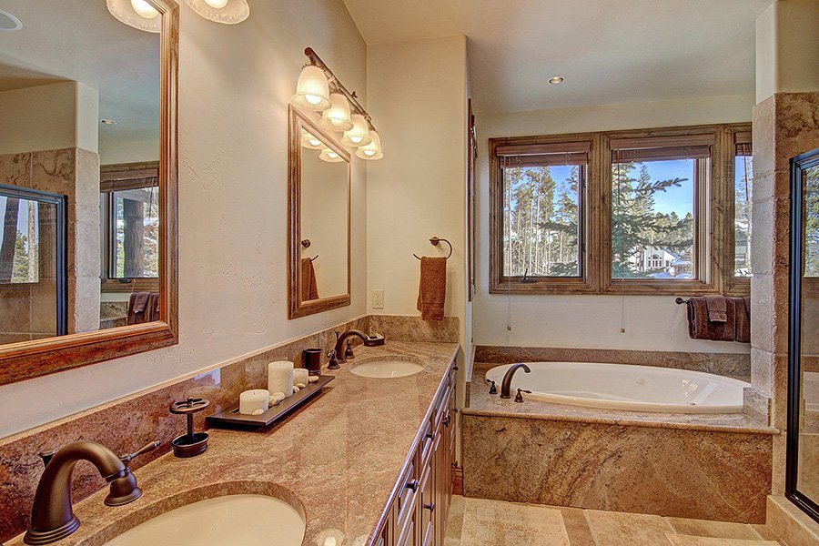 Ski Hill Lodge: Master Bathroom