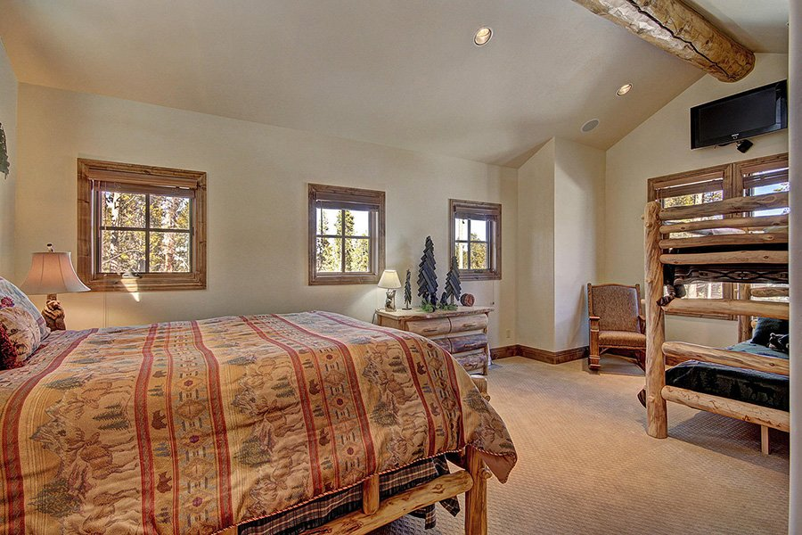 Ski Hill Lodge: Bear Cave Bedroom