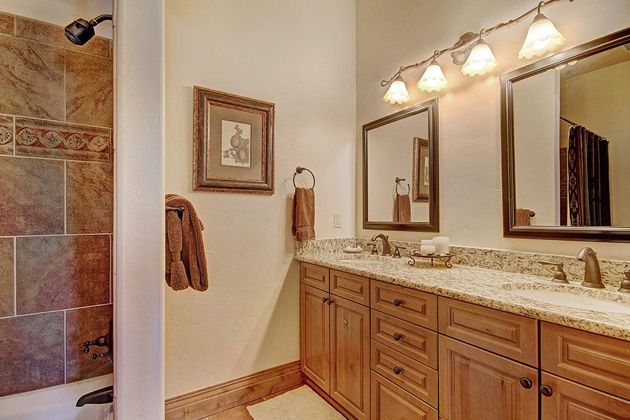Ski Hill Lodge: Bear Cave Bathroom
