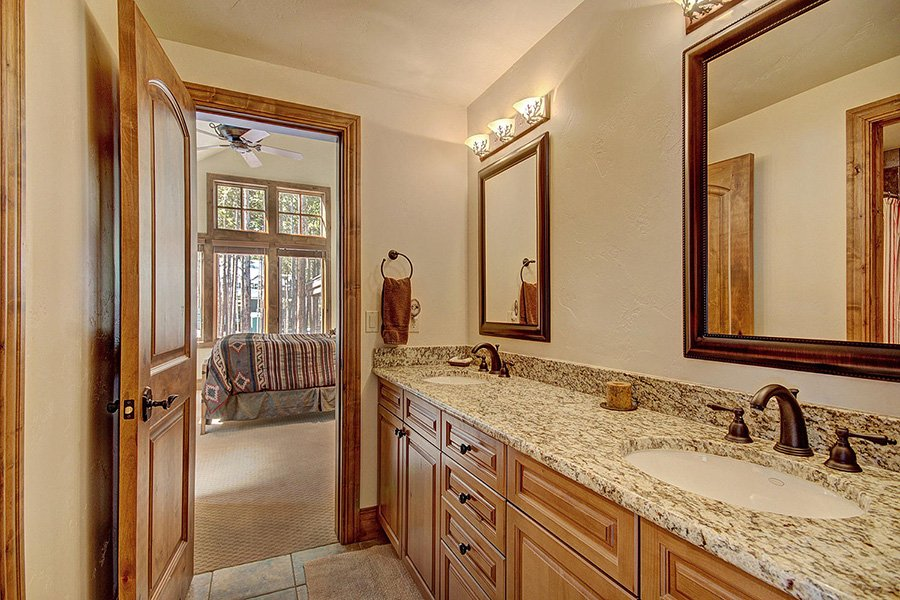 Ski Hill Lodge: Wolf Bedroom Bathroom