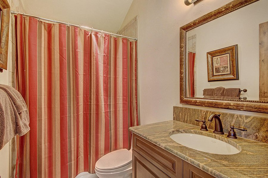 Ski Hill Lodge: Powder Room #2