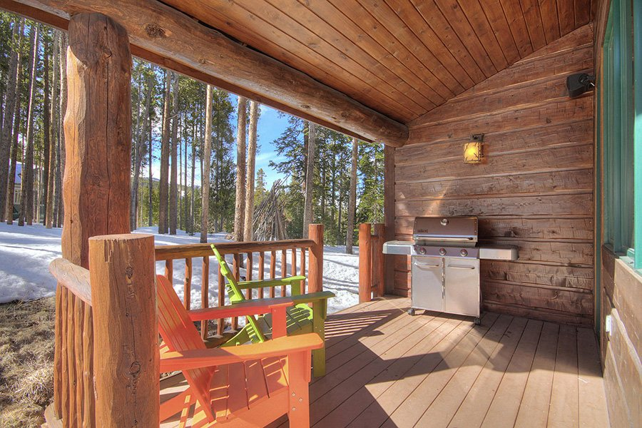 Ski Hill Lodge: Covered Deck