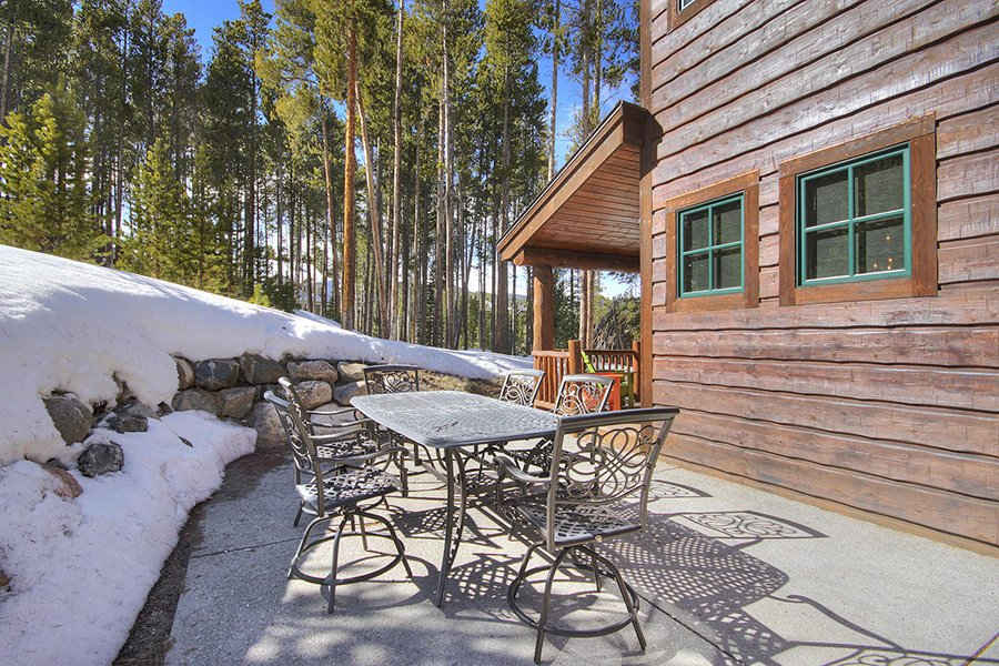 Ski Hill Lodge: Patio Area