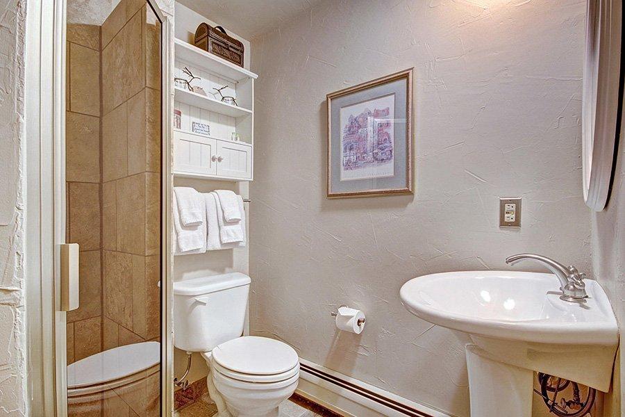 Claimjumper Condo 22: Guest Bathroom
