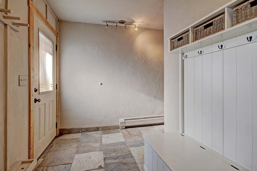 Claimjumper Condo 22: Entryway/Mud Room