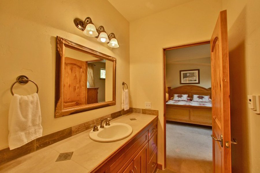 Trail View Lodge: Master Suite #2 Bathroom Additional View