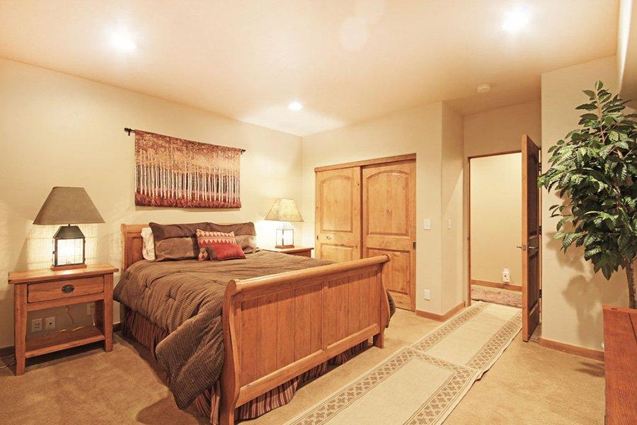 Trail View Lodge: Main Floor Bedroom