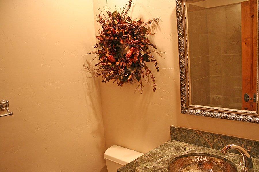 Trail View Lodge: Main Floor Bathroom