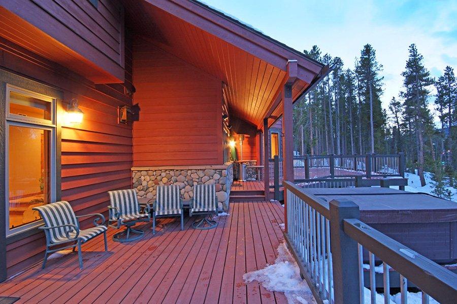 Trail View Lodge: Exterior Deck
