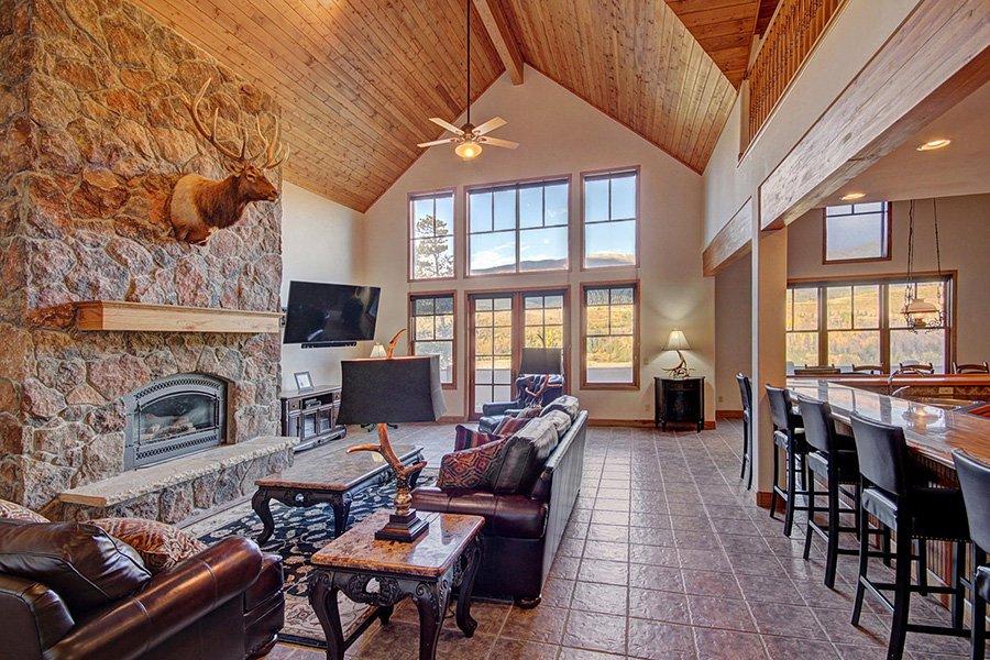 Ten Peaks Lodge: Living Area