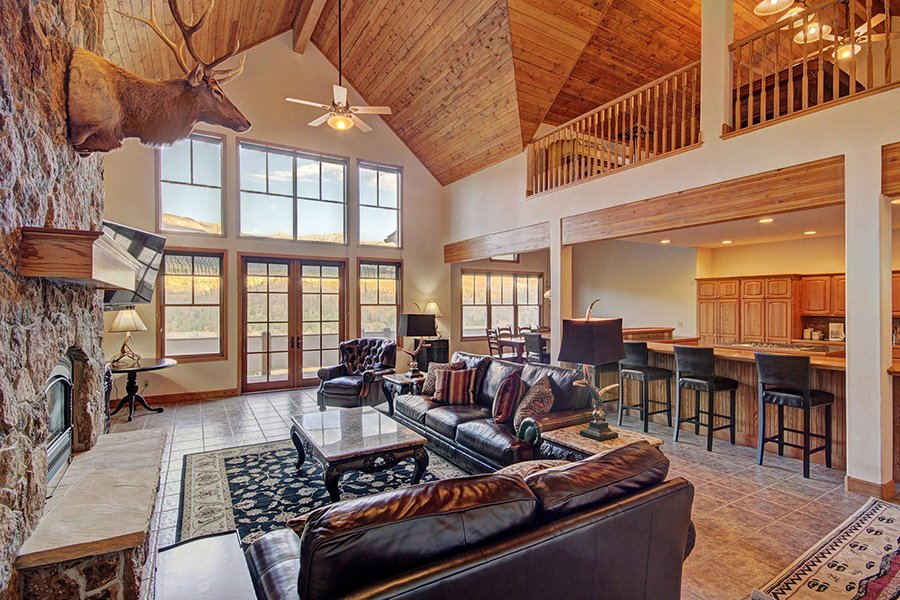 Ten Peaks Lodge: Living Area Vaulted Ceilings