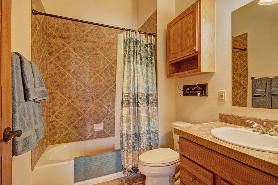 Ten Peaks Lodge: Guest Bathroom #3