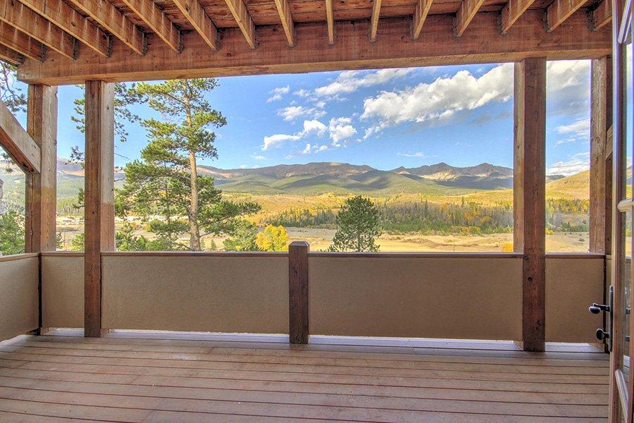 Ten Peaks Lodge: Main Floor Balcony