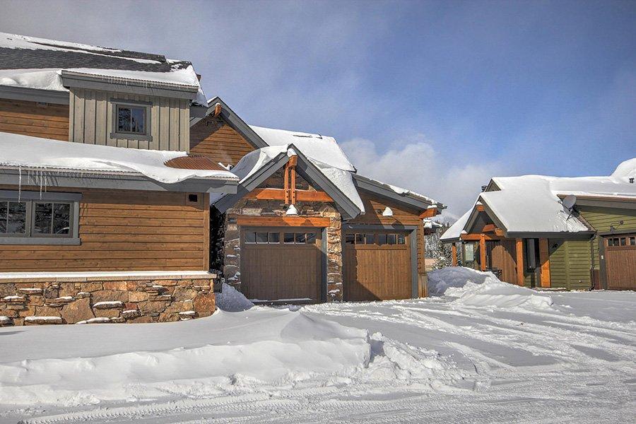 Luxury On Main: Exterior Garage View